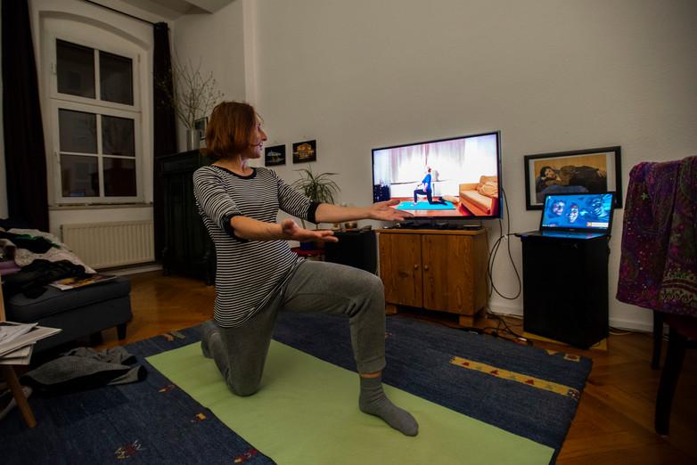 Petra beim Pilates, Friedrichshain  © Marcus Lieberenz/bildbuehne.de
