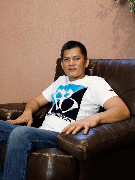 """Eric Abad a 42 ans et habite aux Philippines. Marié, deux enfants, il a signé un contrat de 10 mois comme engine fitter à bord du CMA CGM SAMBHAR. Il a choisi ce métier pour """"voir le monde gratuitement"""". Mais les possibilités de sortir lors des escales sont très rares."""