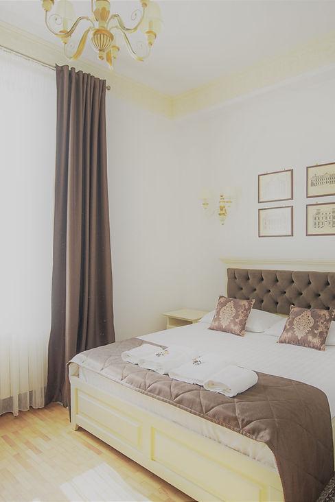 dormitor pensiune cu pat dublu king size interior elegant