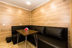 Комната отдыха с кожаным диваном