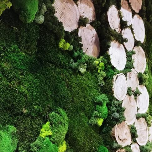 Detalle del Jardín Vertical con troncos para el Restaurante Los Tronkos
