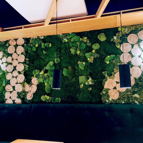 Jardín Vertical con troncos para el Restaurante Los Tronkos