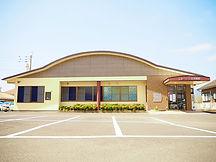 いわもと耳鼻咽喉科医院の正面写真。広い駐車場があります。