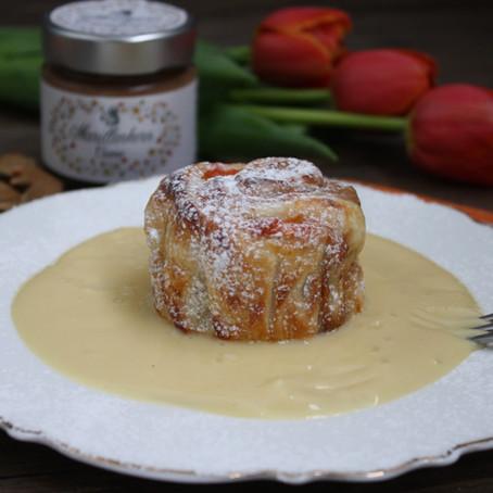 Marillenkern-Joghurt-Strudel mit Vanillesaue und Zuckerstaub
