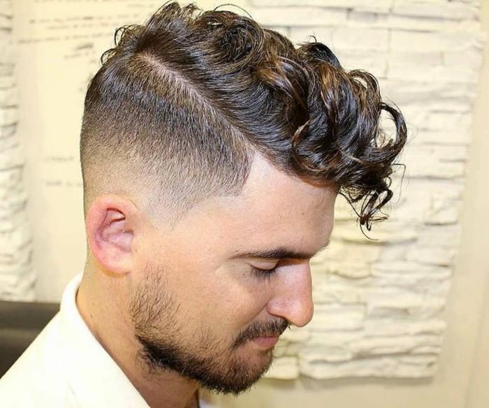 männer-frisuren-lockige-haare-mittellang-fade-cut-2017-trends
