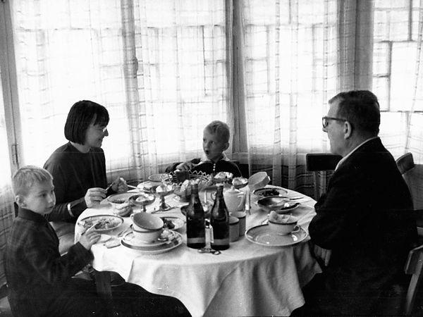 Д. Шостакович с дочерью Галиной и внуками Андреем и Николавем на веранде 20 коттеджа. Фотограф - В. Дроздов