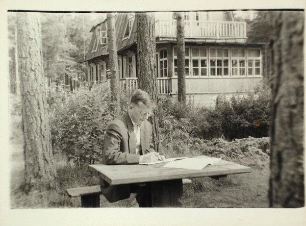 Шостакович за работой на даче В. Варзара. Автор фото неизвестен.