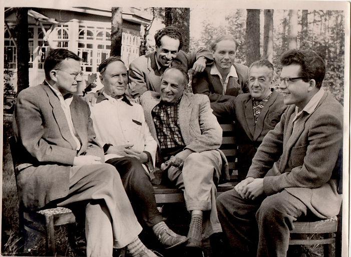 "Репино, 1950-е.Слева направо сидят: Дмитрий Шостакович; Андрей Пащенко; Абрам Лобковский; Давид Прицкер; Андрей Петров. Стоят слева направо: Генрих Орлов; Борис Киянов. На заднем плане ротонда ""Голубой дачи"""