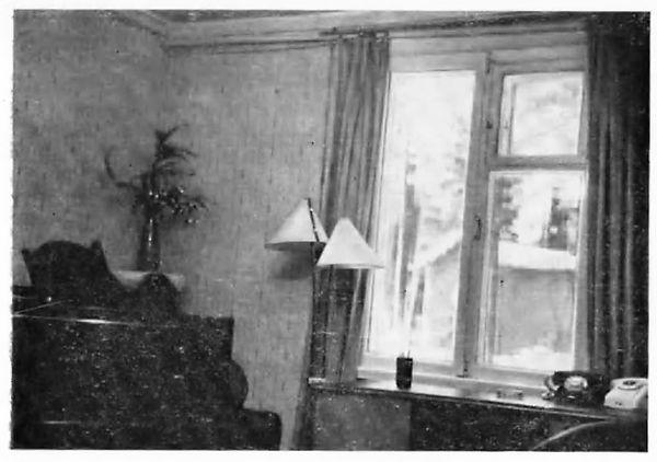 Рабочий кабинет Шостаковича в 20 коттедже.Фотография из книги С. М. Хентовой