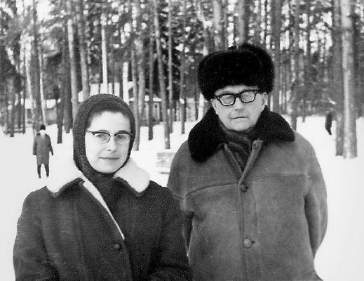 Шостакович с Ириной Антоновной в Репино зимой. 1970-е. Интересно, что снимок, судя по всему, сделан не у 20-ки а у Голубой дачи, на перекрёстке тропинок. Видимо, это было традиционное место официальных встреч и приёмов гостей.