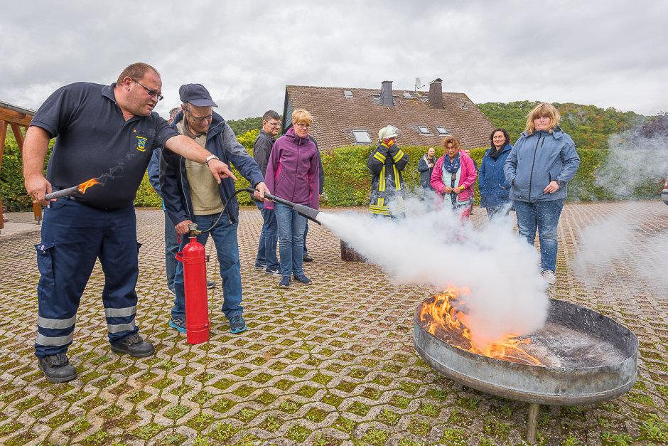 Mit Klient:innen des betreuten Wohnens der Lebenshilfe Rheingau-Taunus e.V. bei der Michelbacher Feuerwehr