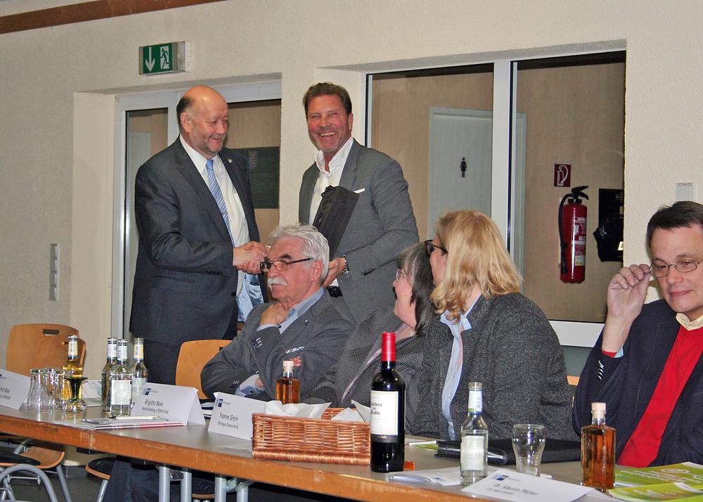 Andreas Steinbauer (stehend rechts) dankt Udo Scheliga (links) für seine aufschlussreichen Ausführungen