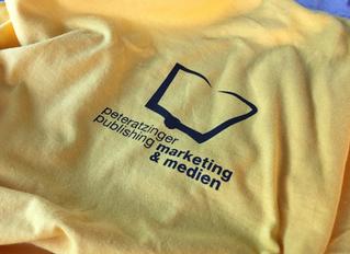 Grundschulkinder in Weilburg mit neuen T-Shirts von Peteratzinger-Publishing