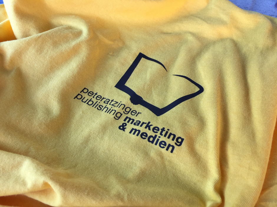 Neue T-Shirts für Grundschulkinder der Pestalozzischule und Christian-Spielmann-Grundschule in Weilburg finanziert von Peteratzinger-Publishing Marketing & Medien.