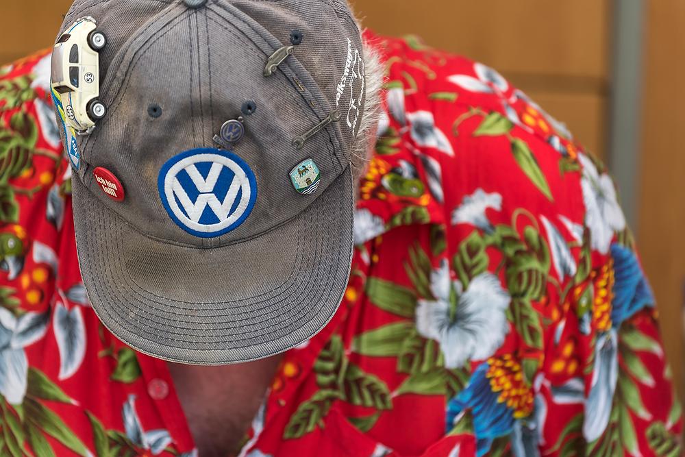 VW-Liebhaber mit entsprechender Kopfbedeckung beim Internationalen VW-Veteranentreffen der Familie Lottermann aus Bad Camberg.