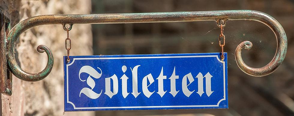 Schönes Hinweisschild aus Emaille aufgehängt an einem schlichten, handgefertigten Ausleger. Feuerverzinkt und antik beschichtet.