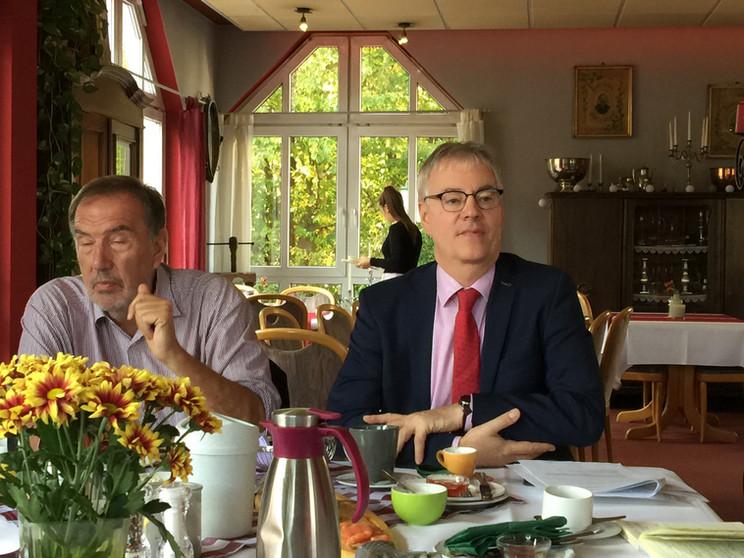 Wolfgang Erk und Andreas Urban bei einer Pressekonferenz des WfBFC im Hotel Taunus Residence