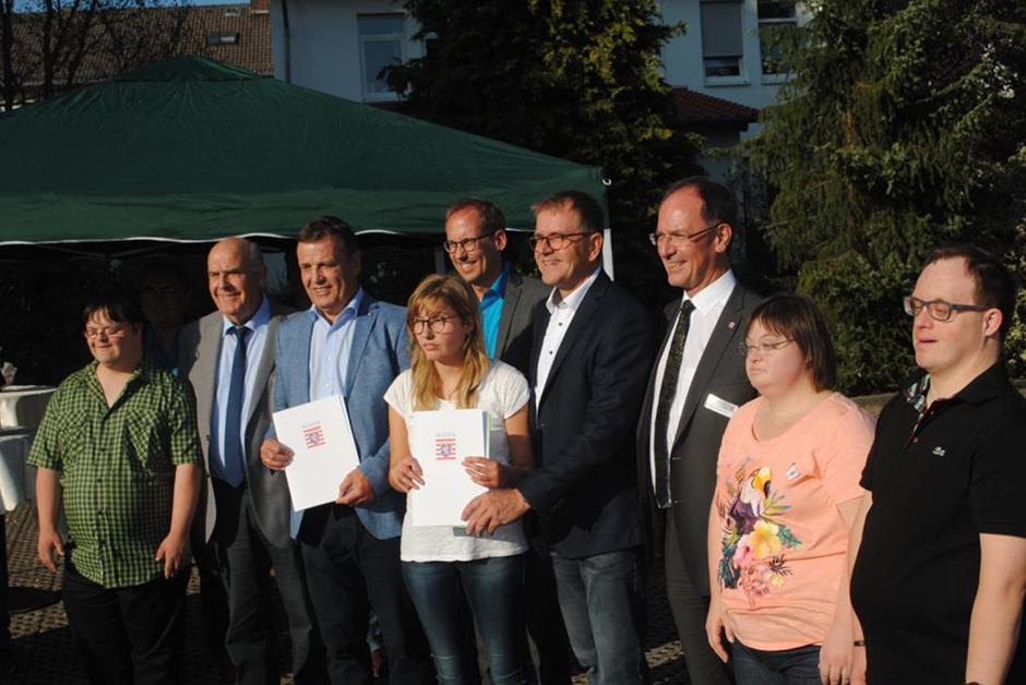 Der Hessische Staatsminister für Soziales und Integration, Kai Klose (Bündnis 90/Grüne) war persönlich nach Waldernbach gekommen, um den Zuwendungsbescheid zum Projekt Inklusionshaus Dorfmitte zu überreichen.