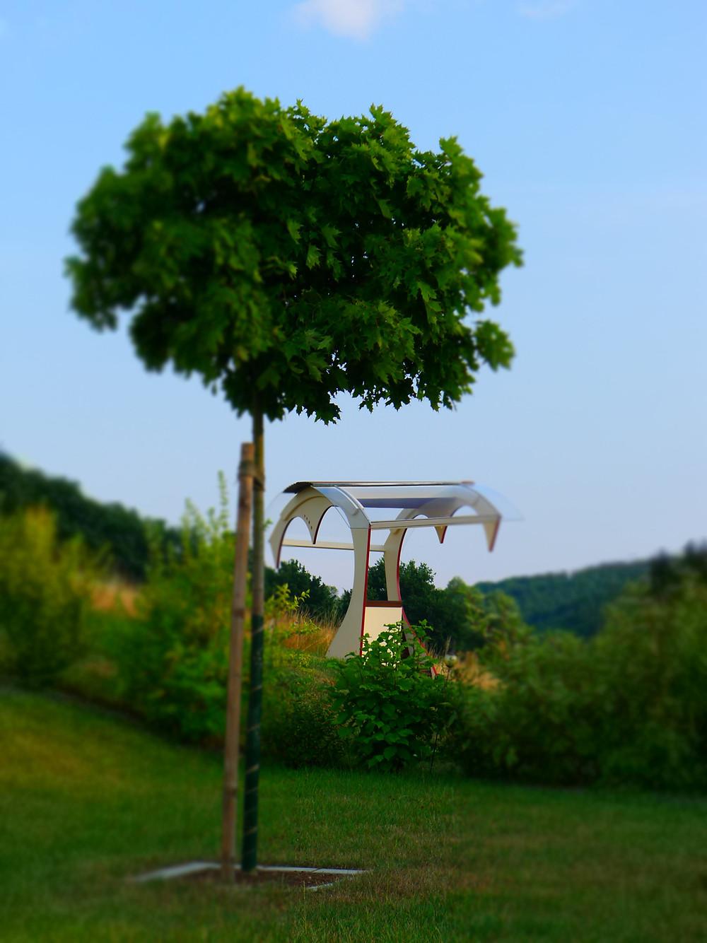 """Jürgen Kallisch von der Schreinerei Formvoll verwendete für diese Skulptur """"Herzliche Begegnung"""" nur natürliche Hölzer aus der Region."""