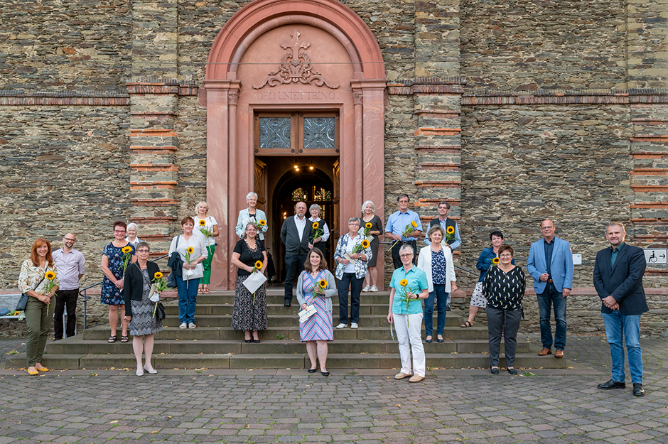 Die ehrenamtlichen Hospizhelferinnen und Hospizhelfer vor der Pfarrkirche St. Ferrutius in Bad Camberg-Würges mit dem Vorstand der Hospizhilfe Goldener Grund e.V.