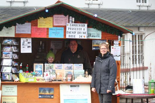 Familie Ott am Stand der Camberger Bücherbank auf dem Weihnachtsmarkt