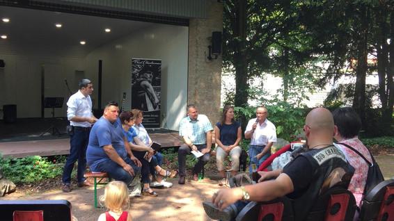 Dialog am Dorfplatz im Rahmen des Divers