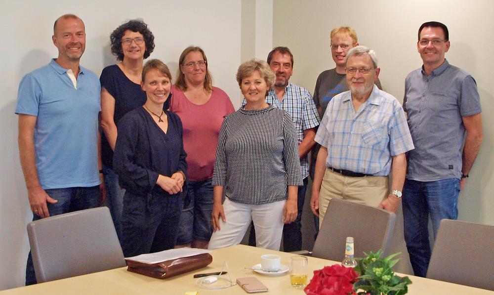 Elisabeth Apel-Isbarn (3. von links vorne) und Silvia Scheu-Menzer (mitte) mit dem Projektteam, dass die wissenschaftliche Arbeit unterstüzt hat.
