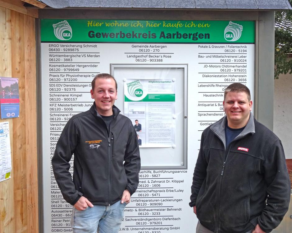 Jörg Weber von der KfZ-Werkstatt Weber in Panrod  (rechts) und Jens Diefenbach, 1. Vorsitzender des Gewerbekreises Aarbergen e.V. vor dem neuen Schaukasten des Vereins.