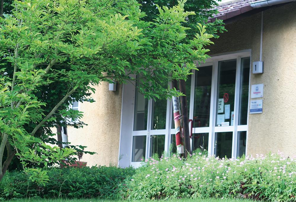 Der Eingang zur Geschäftsstelle des Familiencentrums Bad Camberg und Umgebung e.V. im Badehausweg 1 in 65520 Bad Camberg.