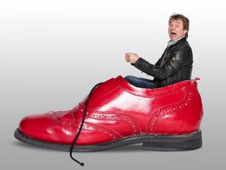 Der Mann mit den knallroten Schuhen