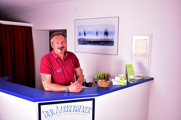 Berislav Gutal am Empfang seiner Physiopraxis in Aarbergen-Michelbach