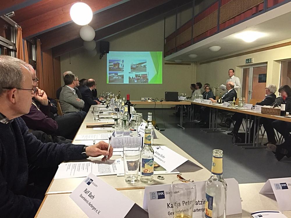 Jens Diefenbach, 1. Vorsitzender des Gewerbekreises Aarbergen e.V. bei seinen Erörterungen zur Frage, ob Gewerbeschauen noch zeitgemäß seien