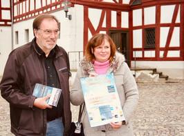 Wolfgang Erk und Andrea Wagner präsentieren die Weihnacfhtsverlosung 2018