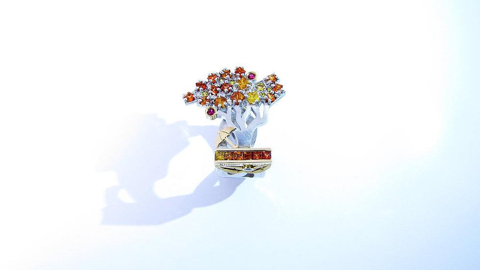 Зонт и осенняя яблоня покрытая инеем