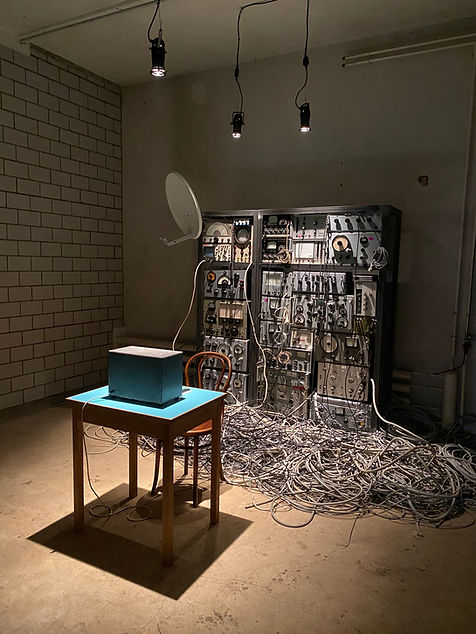 Reconnected, Frequency, installation, audio, video, radio receiver, contemporary art, fant wenger, art, sytem, table, chair, curtain
