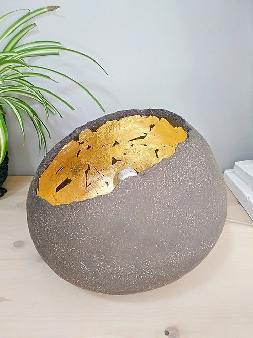 Black minimal ceramic table lamp with gold leaves