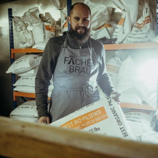 Biersommelier ChristophEr Wertz von Fächerbräu beim Malzschroten