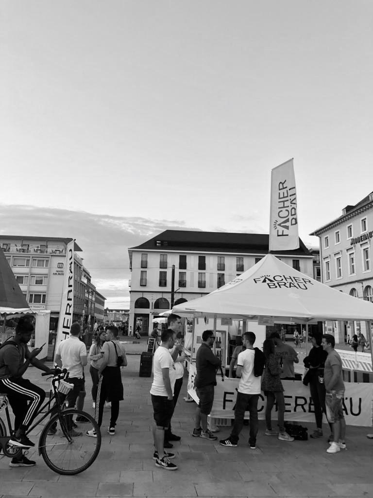Fächerbräu auf dem Karlsruher Abendmarkt auf dem Karlsruher Marktplatz.