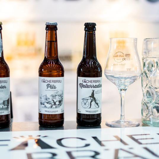 Flaschen und Gläser von Fächerbräu