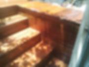 מדרגות עץ צבועות בצבע הגנה