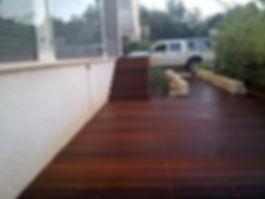 דק לגינה עם גרם מדרגות ותיחום גדר אבן בשביל