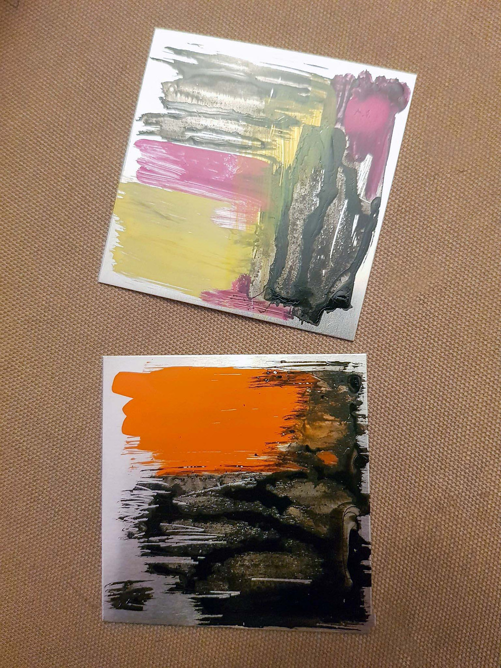 2 aluminium squares with coloured pigments brushed on
