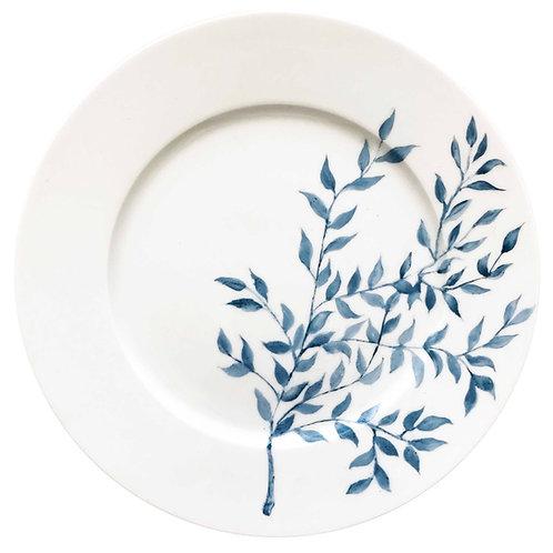 Es una vajilla única y exclusiva . Porcelana pintada a mano. Plato con hojas en color azul, un plato delicado y elegante.