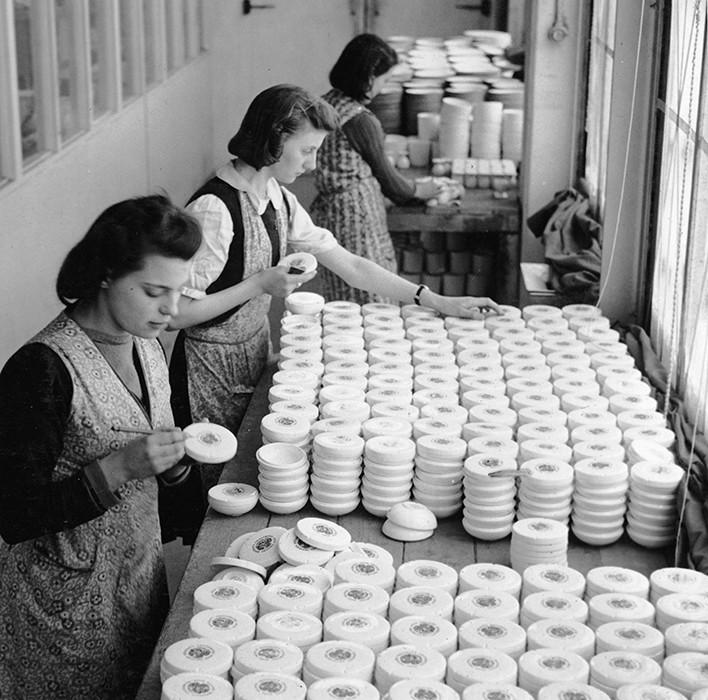 Mujeres pintando porcelana a mano en la fabrica de  Wedgwood