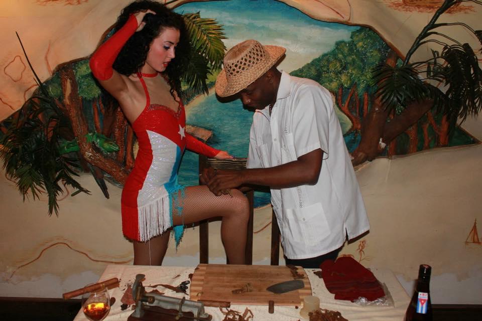 Сигарное шоу с музыкантов и танцоров (3)
