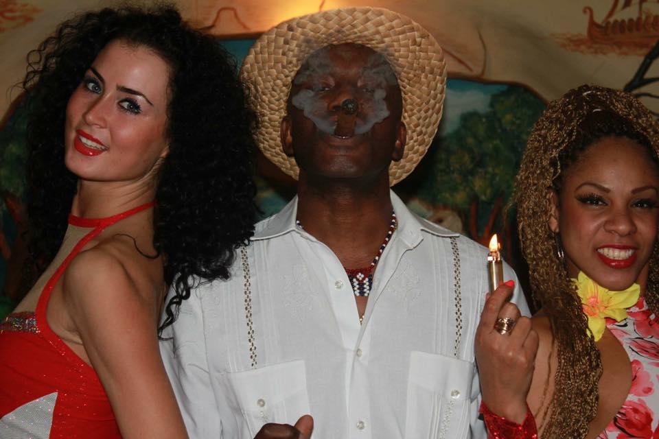 Сигарное шоу с музыкантов и танцоров (15)