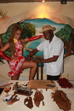 Сигарное шоу с музыкантов и танцоров (20)
