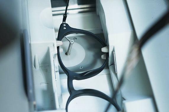 Szemüveg lencse keretbe csiszolása