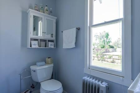 bath1at1511yale.jpg