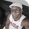 Tata Uakemi homem negro de óculos de boina e camiseta branca